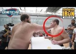 Enlace a El torneo de pegarse tortazos en la cara en Rusia