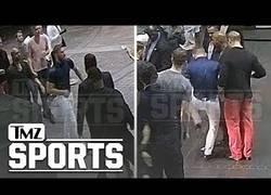 Enlace a Salen a la luz las imágenes por las que Conor McGregor terminó detenido tras agredir a un seguidor