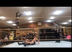 Enlace a Intentó un gran salto en este combate de lucha libre y no salió nada bien
