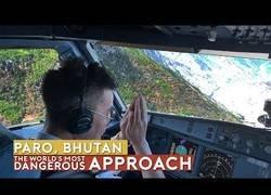 Enlace a El aterrizaje más peligroso del mundo en Paro, Bután.