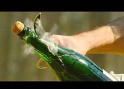Enlace a Grabando en slow motion como se ve el abrir botellas con un gran cuchillo