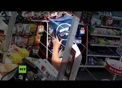Enlace a No tiene mejor idea que robar una tienda con una bolsa en la cabeza