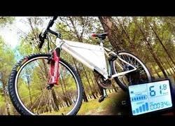 Enlace a Montando una bicicleta eléctrica casera que alcanza 60km/h y 100km de autonomía