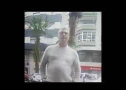 Enlace a El hombre más miserable de Canarias robándole dinero a una señora mayor en un cajero nada más sacar dinero
