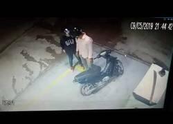 Enlace a Un ladrón llega a la gasolinera y nada le salió bien