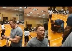 Enlace a Arnold Schwarzenegger recibe una patada voladora en un acto público
