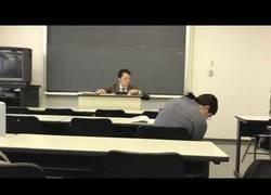 Enlace a Escuchar Queen antes de empezar la clase en una universidad de Japón