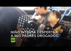 Enlace a Un niño intenta espabilar a sus padres drogados en un autobús al pasarse la parada
