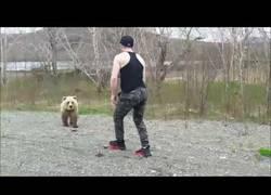 Enlace a Hombre comete un error al encontrarse con un oso