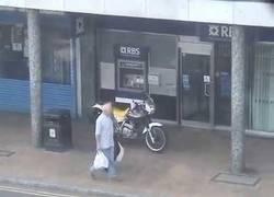 Enlace a Colisionan el vehículo para detener a los autores de un robo