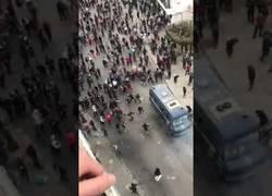 Enlace a Atacan furgona policial en Argelia