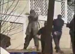 Enlace a Hombre perjudicado se enfrenta a un puñado de policias