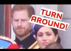 Enlace a Meghan Markle recibe toque de atención del Príncipe Enrique durante evento