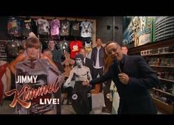 Enlace a Jimmy Kimmel reta a Tom Hanks a que robe en una tienda cercana a los estudios
