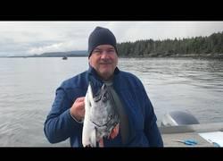 Enlace a Una ballena le roba la presa a un pescador y se la deja así