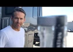 Enlace a Ryan Reynolds aprovecha el #BottleCapChallenge para regalarnos esto