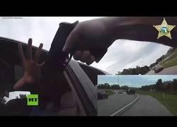 Enlace a Sospechoso arrastra con su coche a un policía durante un control