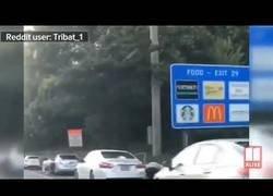 Enlace a Conductores se encuentran con una lluvia de dólares en plena autopista de Atlanta