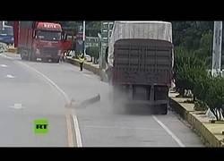 Enlace a Este hombre se olvidó de la cantidad de presión que hay en las ruedas de camión