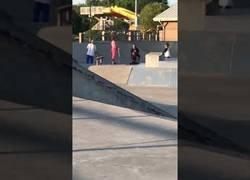 Enlace a Te metes con una silla para gordos en un skatepark y pasa lo que pasa