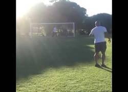 Enlace a Roberto Carlos recrea su 'gol imposible' de 1997 a sus 46 años
