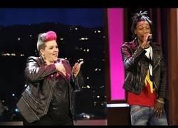 Enlace a Una experta en lenguaje de señas lo clava traduciendo en directo al 'rapero más rápido del mundo'