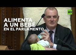 Enlace a El presidente del Parlamento de Nueva Zelanda alimenta a un bebé en un pleno