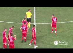 Enlace a Marca un gol sin respetar el 'fair play' y acaba huyendo del equipo rival