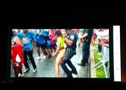 Enlace a A este policía se le hizo ameno su trabajo en el 'West Indian Day Parade'