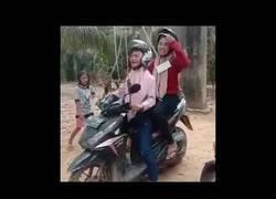 Enlace a ¿Una tirolina con una moto?