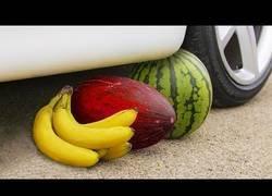 Enlace a Aplastando alimentos y otros objetos con la rueda de un coche