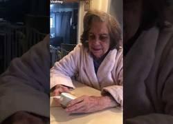 Enlace a Un señora de 94 años conociendo a Alexa por primera vez