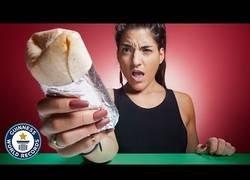 Enlace a La persona más rápida del mundo comiendo bate el record de rapidez en comerse un burrito
