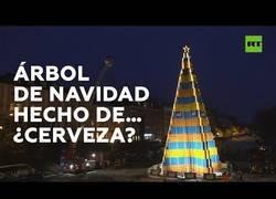 Enlace a Un árbol de Navidad de 18 metros de altura hecho con casi 5.000 cajas de cerveza