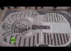 Enlace a El mosaico más grande del mundo hecho con tazas de café