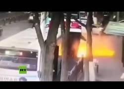 Enlace a Un socavón en plena calle 'se traga' un autobús en China