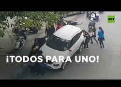Enlace a Más de 30 transeuntes unen fuerzas para levantar un coche y salvar a una motorista