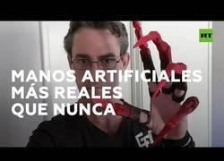 Enlace a Un hombre fabrica dedos artificiales con movilidad plena