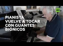Enlace a Un pianista vuelve a tocar el piano 21 años después gracias a unos guantes biónicos