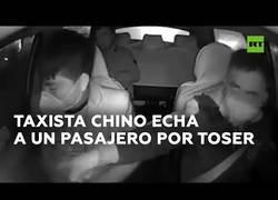 Enlace a Un taxista chino echa a un pasajero por toser