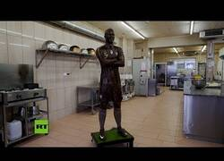Enlace a Un confitero portugués crea una figura de chocolate de Cristiano Ronaldo a tamaño real