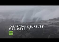 Enlace a Cataratas hacia arriba: Los fuertes vientos invierten la dirección de unas cascadas en Australia