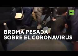 Enlace a Finge un ataque por coronavirus en mitad del metro de Moscú