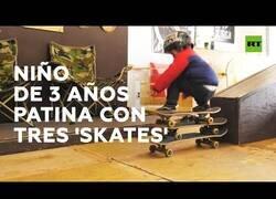 Enlace a Un niño de 3 años patina con tres 'skates' a la vez