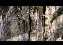 Enlace a Helicóptero utiliza una bola de demolición para derribar una roca inestable