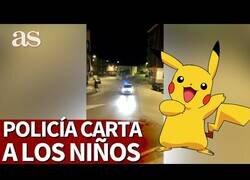 Enlace a Policía lee a los niños una carta escrita por Pikachu