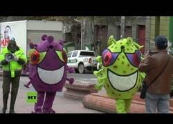 Enlace a Policías en Bolivia se disfrazan de coronavirus para alertar a la población