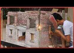 Enlace a Costruyendo una casa a escala con los procedimientos de una de verdad