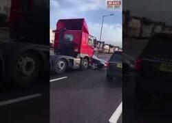 Enlace a Un camión arrastra un coche sin darse cuenta