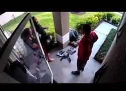 Enlace a Acude desesperadamente a la puerta de su vecina mientras se ahoga